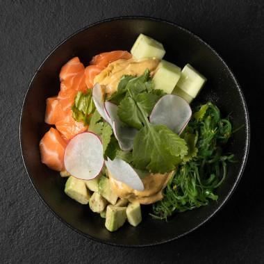 Поке из риса с лососем